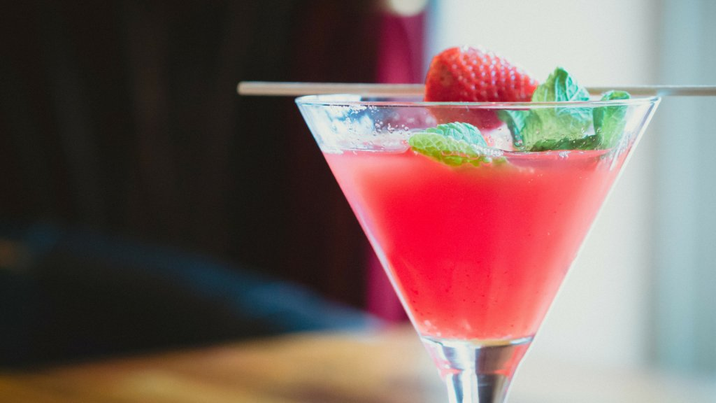 Missing Alcohol on a ketogenic diet? Guess what? You don't have to. There are some great keto options on the Keto Alcoholic drinks guide.